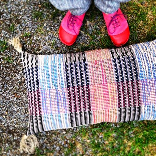 Traskudde av Anna Zetterlund, mattrasor, flerfärgad mattvarp.