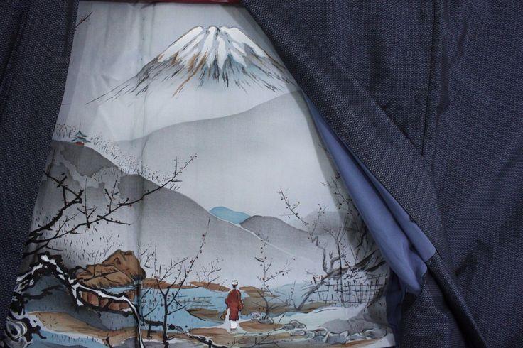 羽織 Haori - Veste japonaise - Village et Fuji san - Made in Japan 1393 XL  Ce modèle spécifique est conçu à partir de soie tsumugi fabriquée et tissée à Oshimagun dans les îles Amami (préfecture de Kagoshima à l'extrême sud du Japon). Ces étoffes étant réputées, elles ont donné leur nom au style de soie : oshima tsumugi. Elles sont pensées pour résister plus efficacement contre l'humidité torride du sud du Japon et sont teintées de façon naturelle grâce aux végétaux.