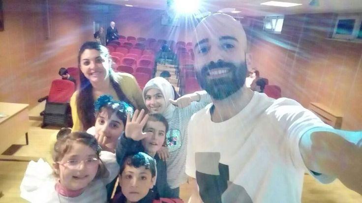 Tutunabilmek#çocuklar#eğitim#mutluluk#kalp#güven#evlat#sosyoloji#doctor#happyness#yazar#ebeveyn#proje#hissetmek#yuva#smiling#gülümsemek#bağımlılık  Eğitim sonrası Tercüman arkadaşım  Tarık ve meleklerle Mutlu gülümseyiş. Ne demiştik?  Bir çocuk büyür Bu dünya büyür... Uluslararası  göç örgütü /  yaşam becerileri  Kazandırma  Eğitimi projesi http://turkrazzi.com/ipost/1523461764853960813/?code=BUkbGdLApBt