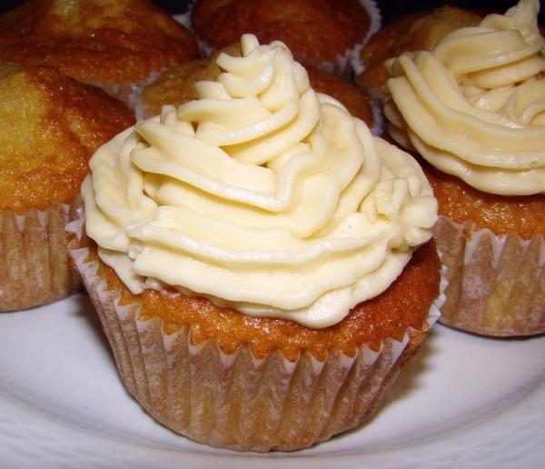 Cómo hacer frosting de vainilla. El frosting de vainilla es el más común y utilizado para decorar tanto tartas como cupcakes. Su elaboración es la más sencilla de todas pues solo requiere de mantequilla, azúcar glass y vainilla. Si e...