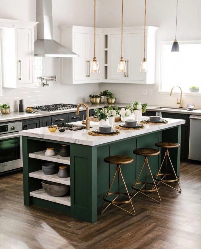 Un Ilot De Cuisine Avec Espace Bar Plein De Caractere Grace A L Association D Un Plan De Travail En Marbre Kitchen Design Color Kitchen Interior Kitchen Layout