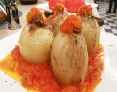 Cortar la parte superior del tomate, ahuecar, salar y dejarlos reposar boca abajo.  En un bol, mezlcar el queso crema con la nuez mosacada, sal y pimienta. Sumar el jamón en cubitos y mezclar nuevamente.  Rellenar los tomates y cocer al horno con una yema sobre el relleno.  Para las cebollas, pelar las cebollas, cortar la parte superior y ahuecar. Cocer con la mezcla de carne picada dentro de la cebolla en cacerola con base e caldo de verduras. Tapar y dejar cocer por 30 minutos a fuego…