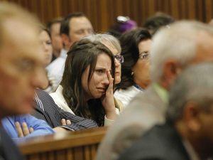 Aimee Pistorius huil terwyl sy na haar broer Oscar se getuienis luister op 8 April. (Foto: Kim Ludbrook/EPA/Sapa)