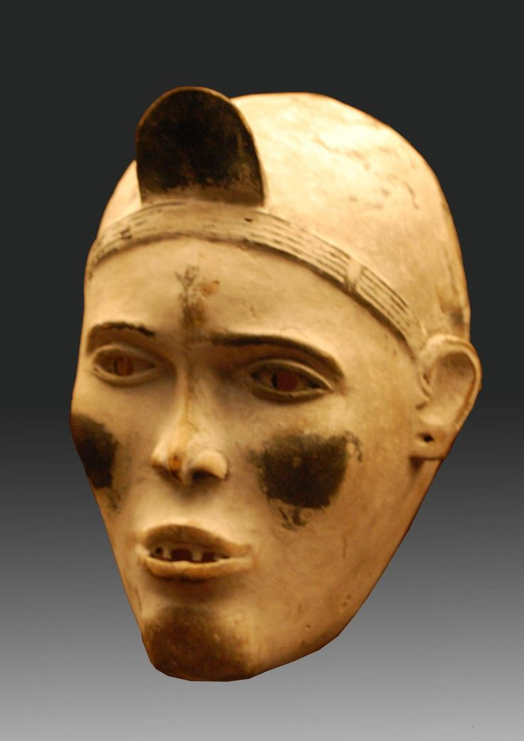 Les Yombés, ou Bayombés, sont une ethnie Kongo présente dans la république démocratique du Congo et au Zaïre. Ces masques Yombé étaient utilisés par les prêtres Nganga dans ces régions du bas Zaîre, spécialistes des rituels et exorciseurs. Image extérieure...