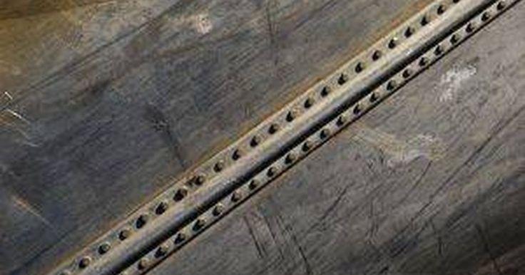 Reparar botes de aluminio. Los botes de aluminio pueden resistir un gran abuso sin sufrir ningún daño serio. Sin embargo, si surge una fuga, podría darse una situación incómoda o incluso peligrosa. Reparar botes de aluminio es fácil mientras el corte o el agujero no sea de más de 1 pulgada de diámetro.