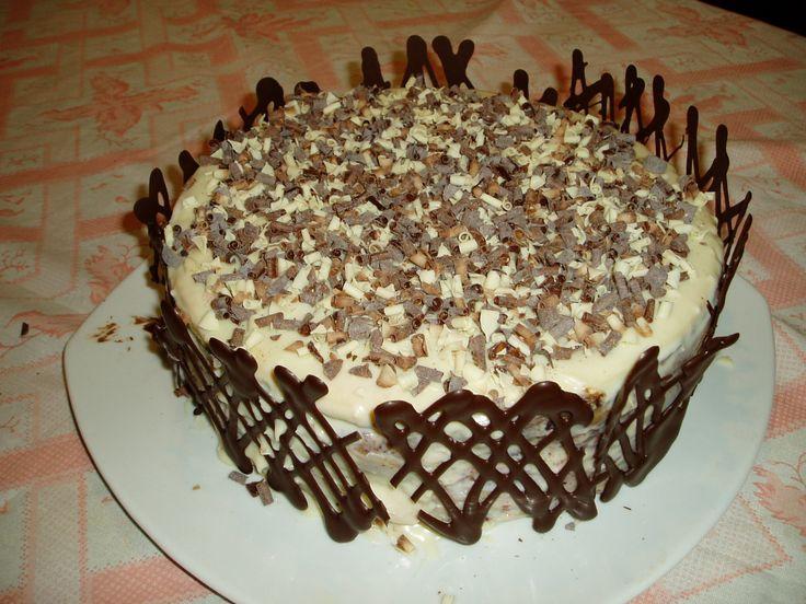torta panqueque chocolate, rellena trufa-frambueza y mazapan, cobertura chocolate blanco con chip chocolate blanco-leche y amargo