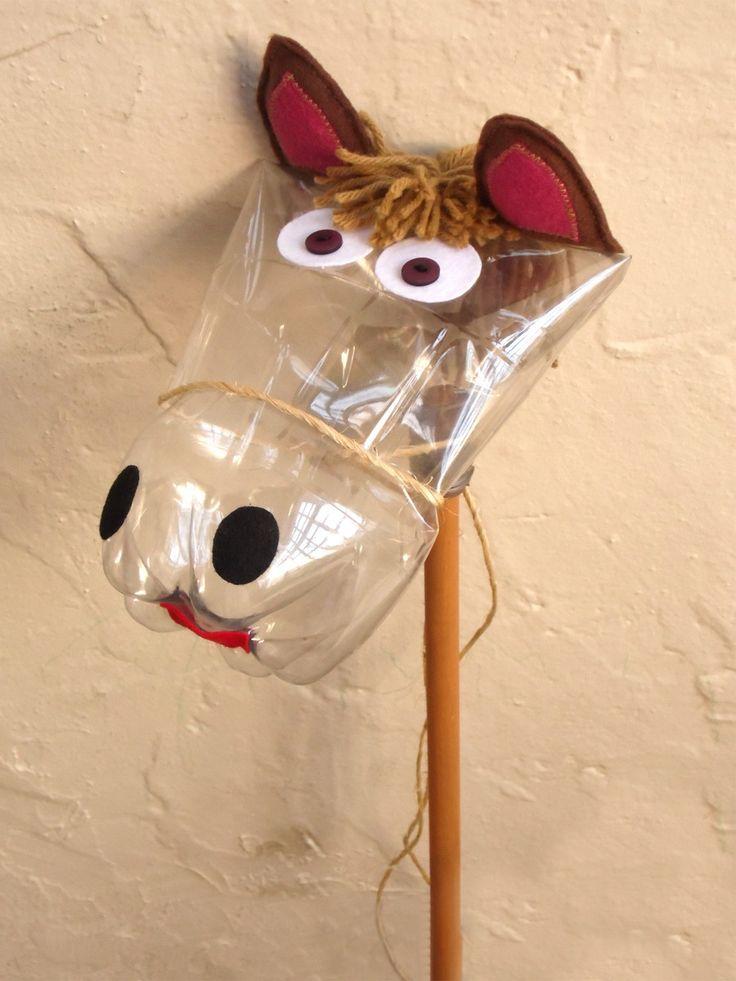 Cavalinho de pau feito de garrafa pet, feltro, lã, corda e madeira para a diversão da criançada ou para estimular a reutilização de materiais recicláveis transformando-os em brinquedos criativos. <br>larg. 20 cm <br>alt. 90 cm