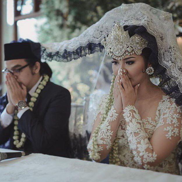 "Alhamdulillah kami sudah sah, tentunya diiringi air mata bahagia. Rasanya campur aduk, cobain deh. Juga kini ada perasaan unik yakni ""guilt-free"" karena sudah ""halal"", memandangnya pun kini ibadah, katanya. Aamiin. • #alhamdulillah #sah #wedding #akadnikah #thebridedept #thebridestory #love #sundanesewedding #miraatayacouture"