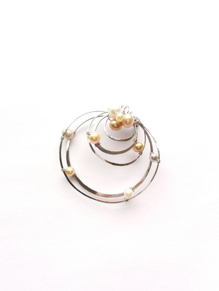 """Brož+(přívěsek)+B76P+""""V+kruzích""""+exkluzivní+perly+Autorský+šperk.Originál,+který+existuje+pouze+vjednom+jediném+exempláři.Vyniká+jednoduchým+a+přesto+originálním+prostorovým+tvarem,+elegancí+čistých+linií+a+vynikající+kvalitou+i+barevností+výběrových+perel.+Prostorové+řešení+prvku+Vám+nabízí+z+každého+úhleu+pohledu+jiný+dojem+a+tak+vypadá+brož+stále..."""