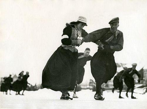 Schaatsen op houten schaatsen in Marken