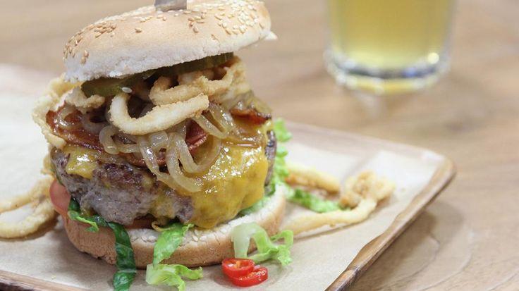 Op reis met Ivan Pecnik: 'surf en turf' hamburger met inktvisringen, rundsvlees en cheddar | VTM Koken