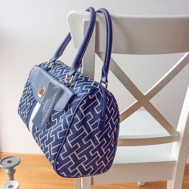 Tommy Hilfiger 6922991471 - 225₺ Mavi tonlarında elde taşınabilir fermuarlı Duffel/Satchel çanta. Kumaştır, Küçük boyuttadır. Sipariş için Arayabilir, SMS veya E-Posta yollayabilirsiniz.