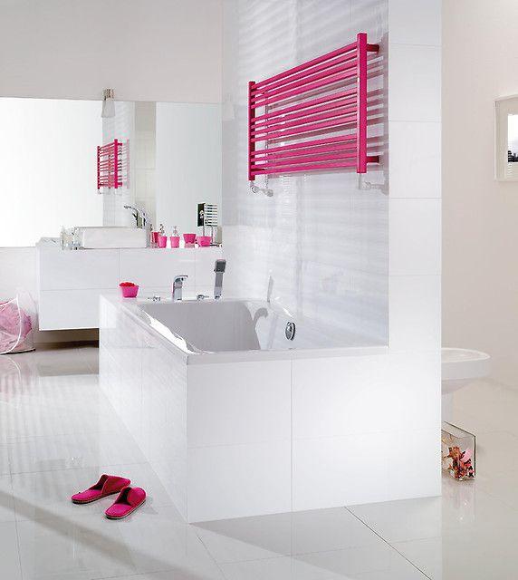 Taka łazienka to marzenie każdej kobiety. Przestrzenna, z dużą wanną i różowym grzejnikiem.