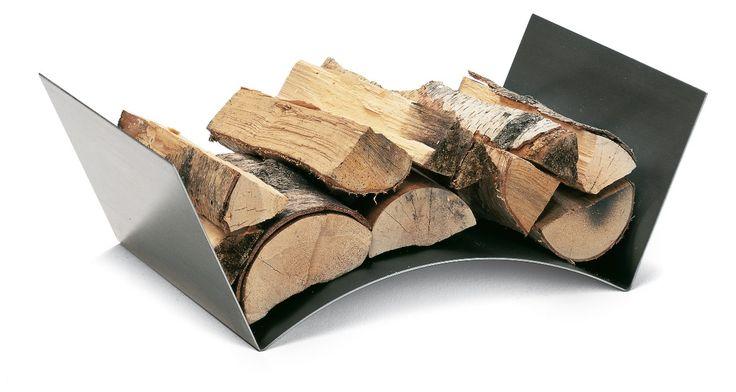 Minimalistyczny i niezwykle funkcjonalny projekt półki na drewno kominkowe.