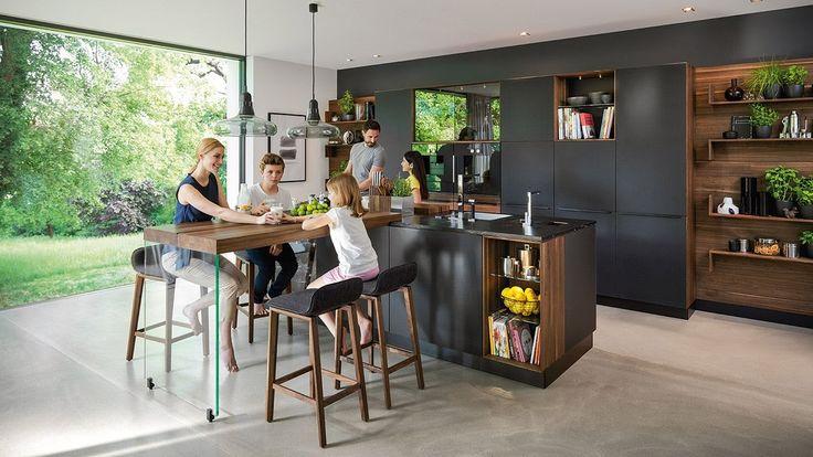 Die black line Küche von TEAM 7. Schwarze Farbglas- und Metalloberflächen kombiniert mit edlem Naturholz verleihen dieser Küche einen faszinierenden Look.