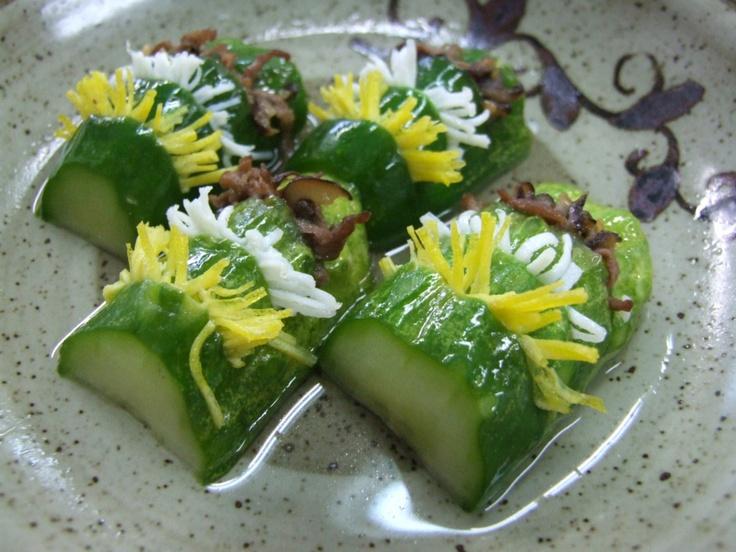 오이선(oiseon) / Stuffed Cucumber  Cucumber stuffed with colorful ingredients, such as beef, carrot, and egg. It is dressed with a vinegar sauce.