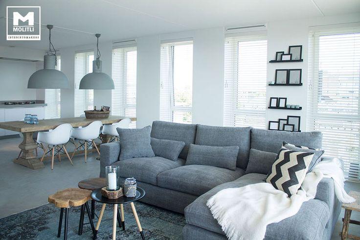 Ontwerp en realisatie woonkamer, stoere kleuren gebruikt met een tint hout, op de achtergrond mooie strakke keuken met betonstuc blad. meer informatie te vinden op www.molitli-interieurmakers.nl