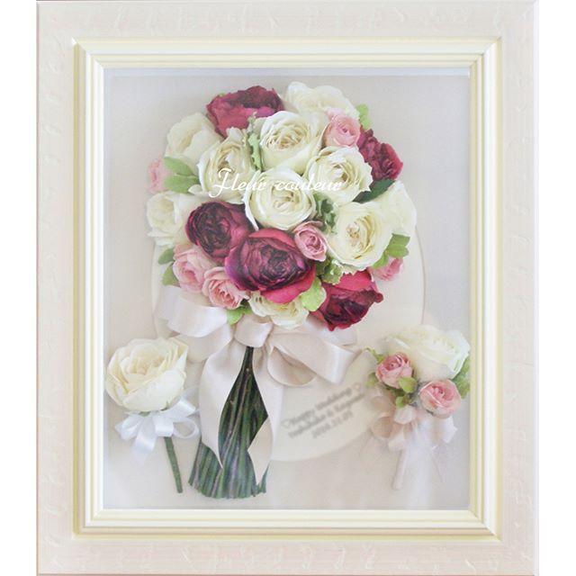 コロンとまぁるいバラのクラッチブーケの保存加工を承りました。ブーケとお揃いのブートニア、それとバラ一輪のブートニア。。 こちらは予備花材として送ってくださっていたのですが、もしやと思いお伺いしたところ、やはりダーズンローズをされた時のお花ということでしたので、一緒に大切にデザインさせていただきました✨  ダーズンローズの12本のバラにはそれぞれ「感謝・誠実・幸福・信頼・希望・愛情・情熱・真実・尊�