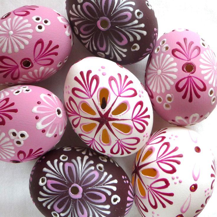 Kraslice - děrovaná, reliéfní vosk Slepičí vejce / zdobeno voskem a děrováním / cena za jeden kus / podkladová barva je matná, tak to má správně být / při případné objednávce odklikněte počet kusů a do zprávy u objednávky napište, zda chcete bílé, růžové nebo bordó / vnitřek chemicky vyčištěn a vybělen od všech zbytků