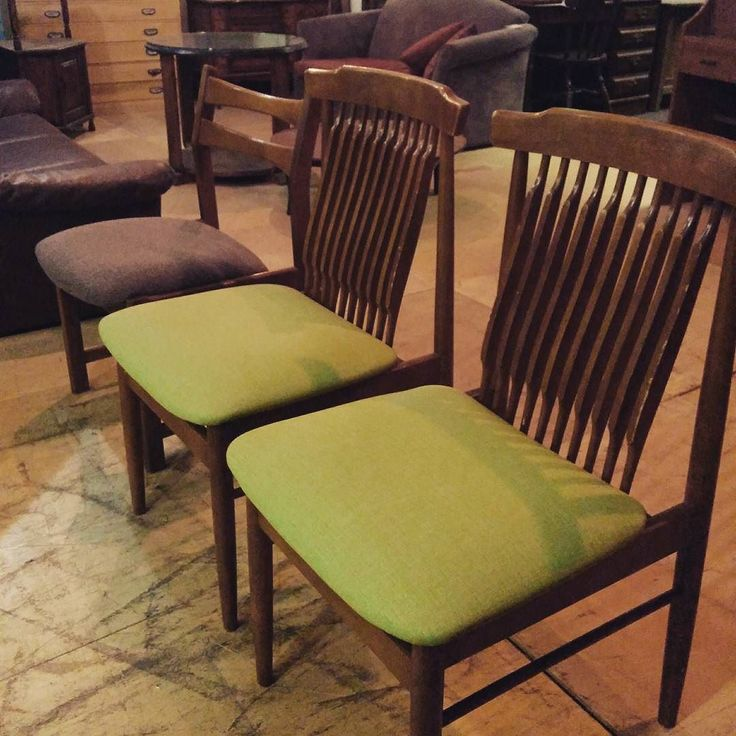 数年振りに椅子張りをやってみた 坊主張りだから一番簡単なヤツ 思ってたよりちゃんと出来たけどベテラン職人と比べるとまだまだ 明日ダメ出しして貰お 椅子張りも自分で出来るようにする今年の目標 #ヤナギウッドワークス #furniturerepair #家具修理 #張り替え #chair #repair #椅子 #カリモク#upholstery #woodwork de yanagi_woodworks