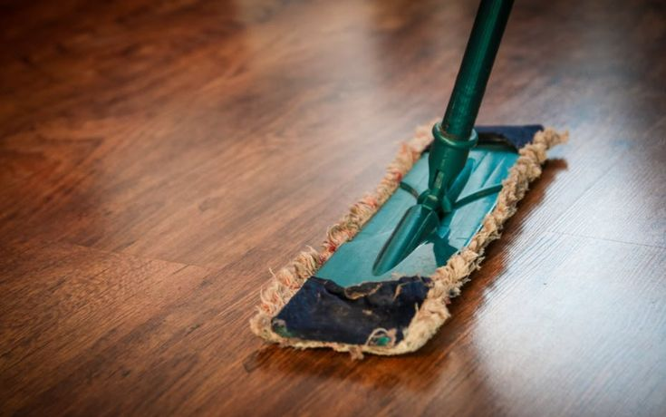 Met dit eenvoudige middeltje maak je je laminaatvloer blinkend schoon!