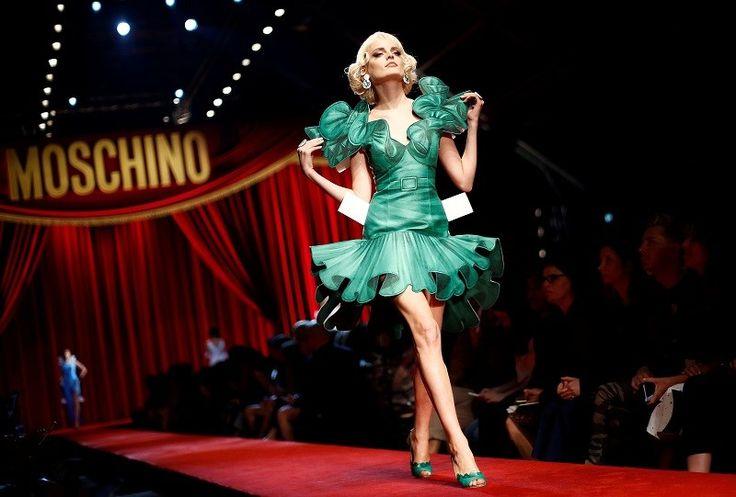 Moschino stuurt 'papieren modellen' catwalk op - Gazet van Antwerpen: http://www.gva.be/cnt/dmf20160925_02484781/moschino-stuurt-papieren-modellen-catwalk-op