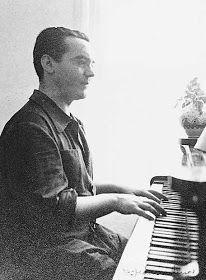 Tocando el piano en su casa de Granada.