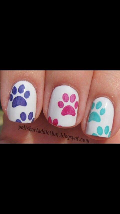 Uñas blancas con huellas de perritos