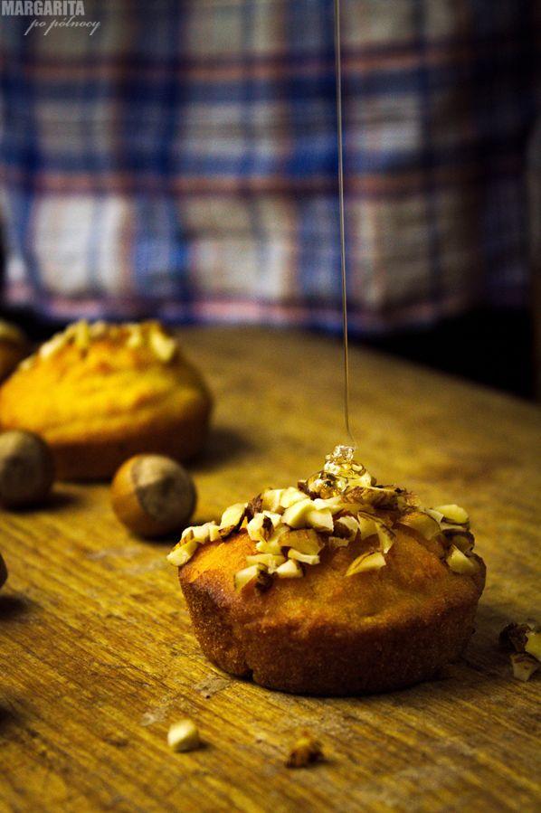 Puchatkowe muffiny - kukurydziane z miodem i orzechami laskowymi