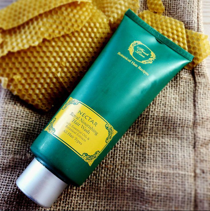 Μέλι, βασιλικός πολτός & πρόπολη… Συστατικά με εξαιρετικές θρεπτικές & αντιοξειδωτικές ιδιότητες που αποτελούν τη βάση για τη συνταγή της συλλογής Νέκταρ! Το σαμπουάν #Nectar είναι εμπλουτισμένο με μέλι, ελληνικό βιολογικό ελαιόλαδο και βιολογική αλόη που ενυδατώνουν σε βάθος τα μαλλιά, προσφέροντας λεία και μεταξένια υφή. Παράλληλα, τα εκχυλίσματα από σύμφυτο & βρώμη αναπλάθουν τους κατεστραμμένους ιστούς και βοηθούν στη διατήρηση της υγρασίας. Λιανική τιμή: 11,90€ (200ml)