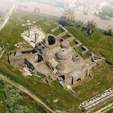 İsa bey hamamı/Selçuk/İzmir/// Ayasuluk Kalesi ile St. John Kilisesi'nin bulunduğu tepenin yamacında bulunan bu hamam İsa Bey Camisi ile birlikte yapılmıştır.