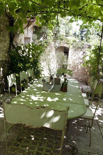 Un jardin provencal : un merveilleux toit végétal en vigne, en rosier ou en glycine.