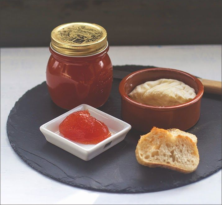 Selbst gemachte süße Tomatenmarmelade zu Brot und Käse von moeyskitchen.com