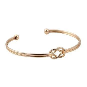 Ce bracelet tendance noeud sublimera vos poignets à petit prix! composé d'un noeud en métal plaqué or 9k . Idée cadeau bijoux femme!