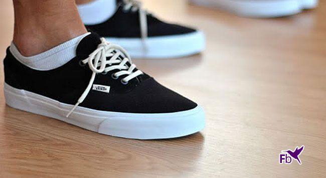 Lees hier hoe je vieze witte schoenzolen van sneakers schoonmaakt. Tips over hoe je met tandpasta je jouw zolen van je schoenen weer stralend wit maakt.