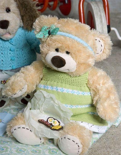 Klæd bamse på til sommersjov med denne grønne strikket kjole og hårbøjle.