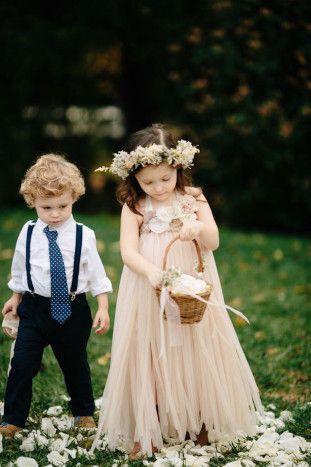 淡いベージュピンクが子どもの雰囲気にマッチ♡ ウェディング・ブライダルにぴったりのキッズドレス一覧。