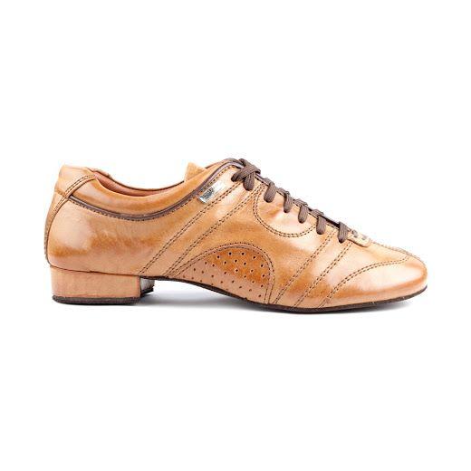 Eksklusiv og interessant dansesneakers udført i brunt læder og lædersål. En fremragende dansesko fra PortDance med godt fit og god stabilitet for danseren. Modellen PD Casual 001 findes hos Nordic Dance Shoes: http://www.nordicdanceshoes.dk/portdance-pd-casual-001-brun-laeder-laedersaal-dansesneakers#utm_source=pin
