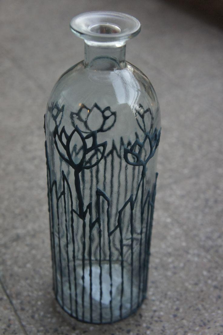 Pintura sobre botella de vidrio.  Pasta relieve mezcla cemento con esmalte sintético azul.