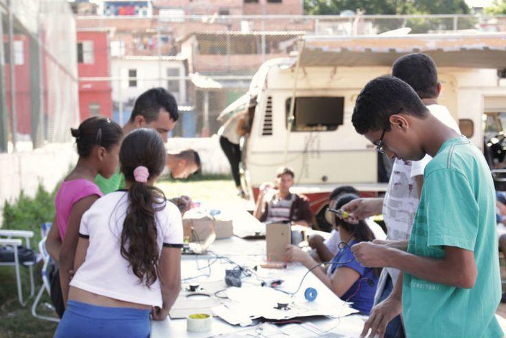 O Lab Móvel promove a oficina Projetores Portáteis DIY no CEU Jaçanã, com entrada Catraca Livre