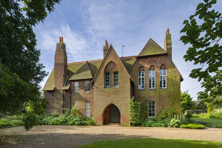 This art and crafts London home, situated in Bexleyheath, belonged to William Morris – the English artist, craftsman, writer and socialist who is associated with the Pre-Raphaelite Brotherhood and founded the Arts and Crafts movement.