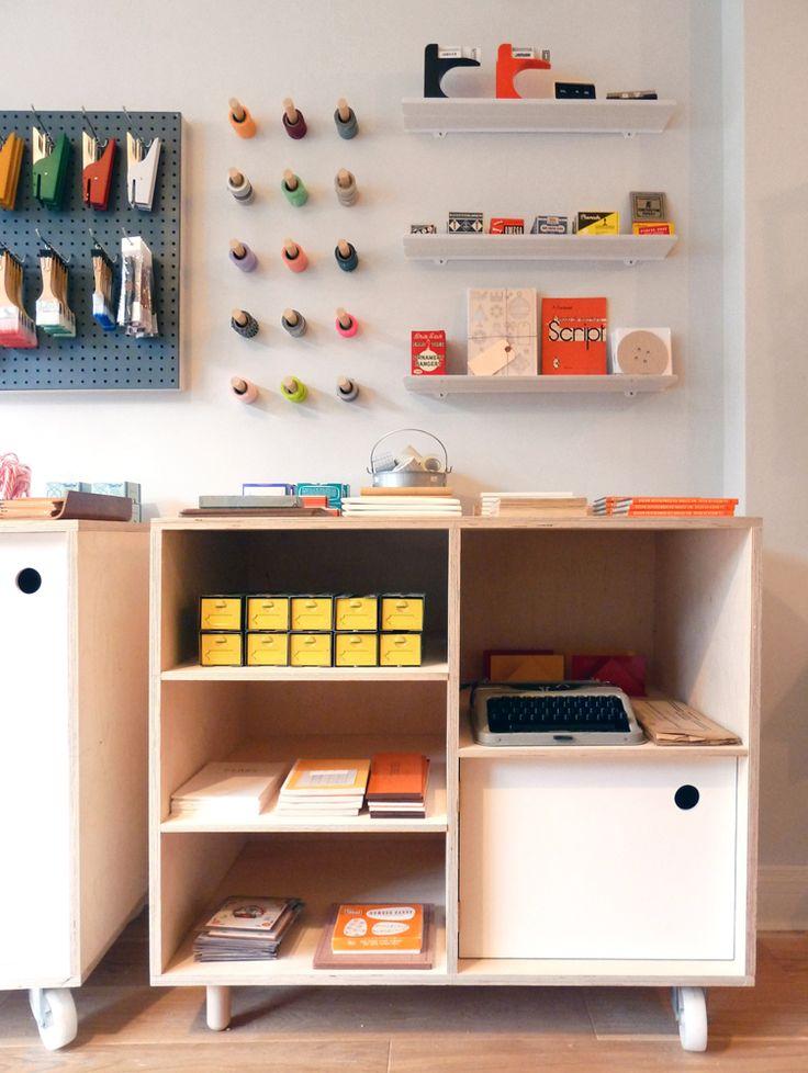 móveis simples com rodas, arrumação de material, ferramentas e produtos