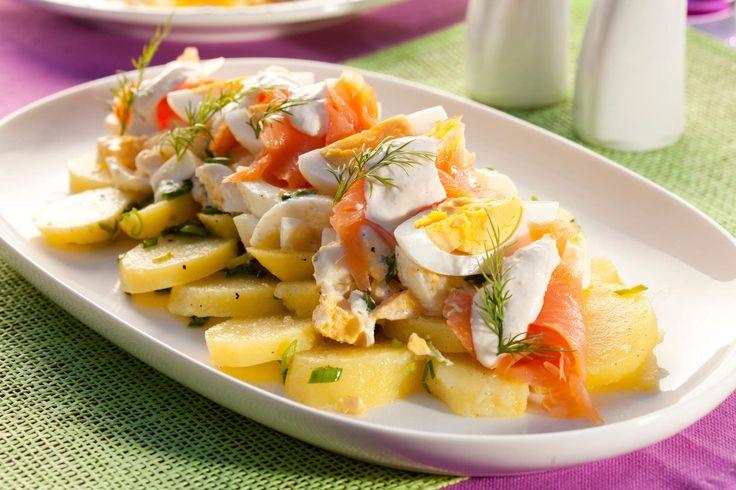 Sałatka jajeczna z wędzonym łososiem i chrzanowym majonezem