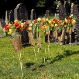 Flower arrangements on the cemetery ~ Geertje Stienstra, floral designer