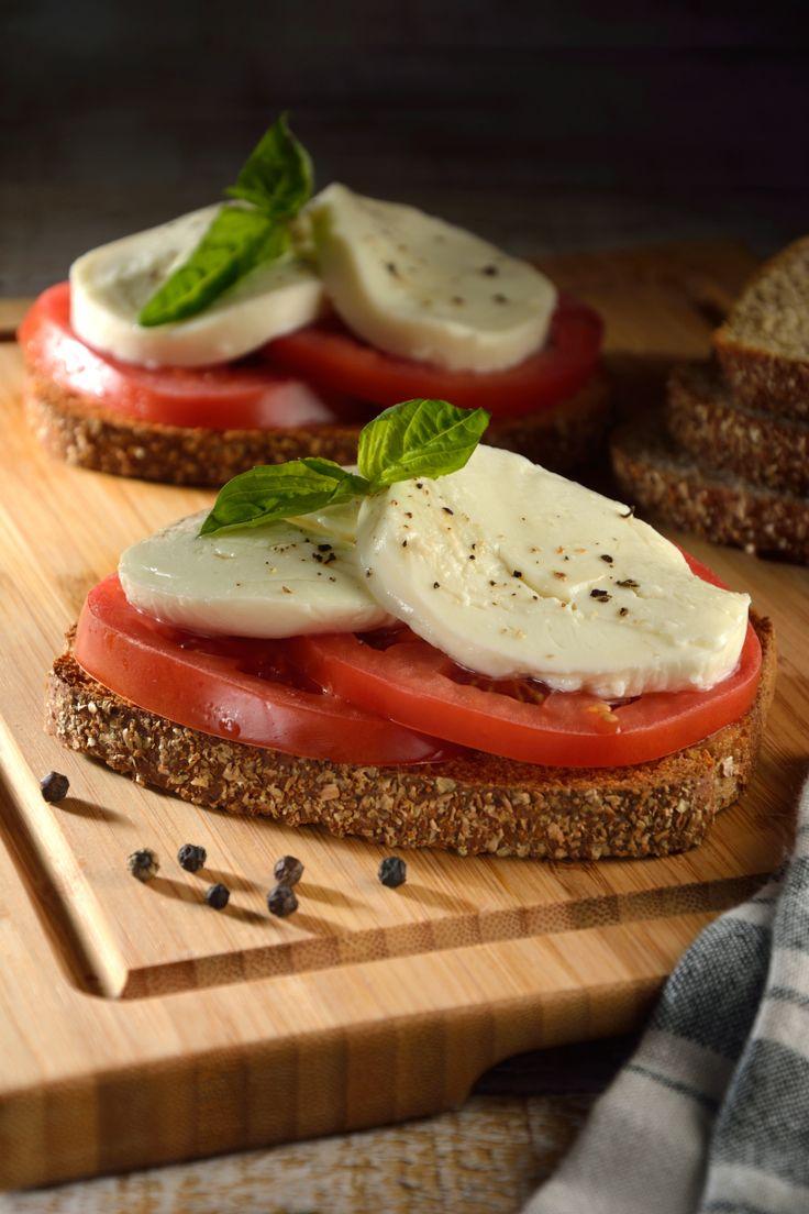 La receta de Sándwich de Mozzarella, Albahaca y Jitomate es una preparación sencilla y muy sabrosa. En este sándwich encontrarás todo el sabor de la gastronomía italiana, perfecto para comerse como una sabrosa tapa o para servirse como un sándwich.