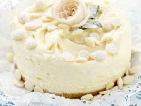 Vit och vacker är den läckra tårtan med len mousseliknande kräm. Den lilla tårtan är väldigt mäktig och räcker till många. Den går bra att frysa och håller sig då ca 2 månader.