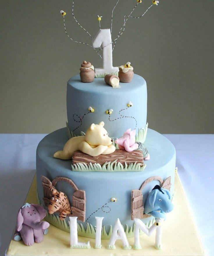 gâteau anniversaire bébé en bleu layette décoré d'animaux sauvages en pâte