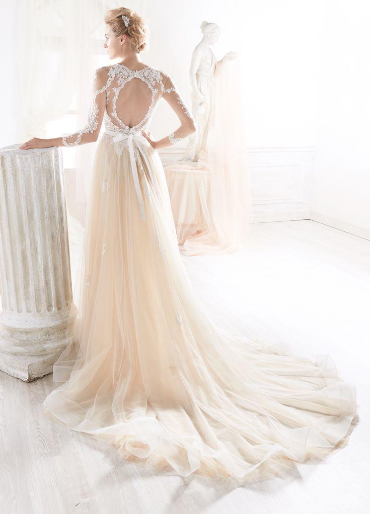 Modelo NIAB18003IVNU de Nicole. Un vestido de novia diferente, con sobre falda desmontable de tul en coral suave, sobre un vestido con  falda de gasa en corte sirena. Espectacular cuerpo bordado, con detalles en pedrería blanca y  manga larga.   #vestidosdenoviarománticos #vestidosdenoviacolor #espectacularesvestidosdenovia #vestidosdenoviaoriginales  #Galanovias #vestidosdenoviadiferentes  #vestidosdenovia2018 #vestidodenoviaelegante #vestidosdenoviaenmadrid #losmejoresvestidosdenovia