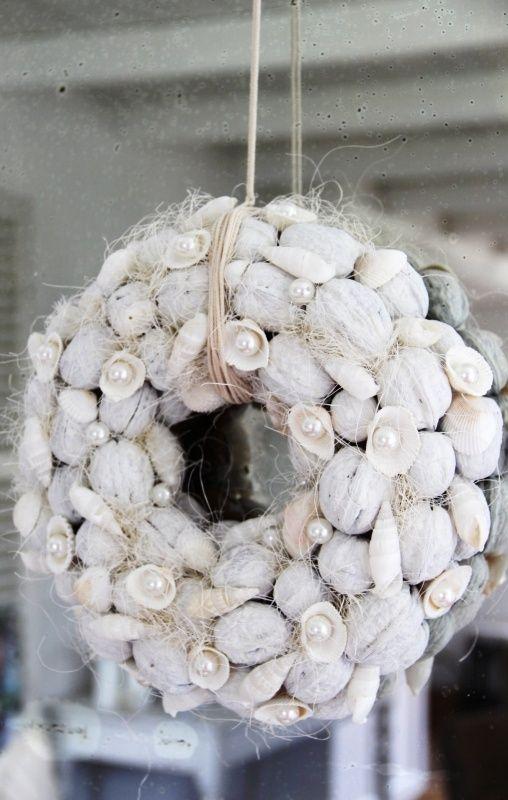 Krans van walnoten en schelpen middel