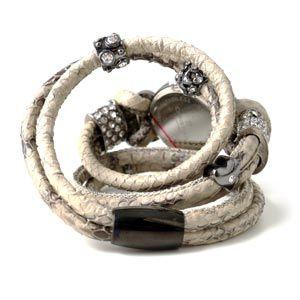Du sætter så alle de forskellige perler og charms på som du ønsker. Til sidst limer du de 2 stykker slangeskindsnor ind i en 7 mm magnetlås (hullerne i låsen skal have en indre diameter på 7 mm). Dit slangeskindsur er færdigt.